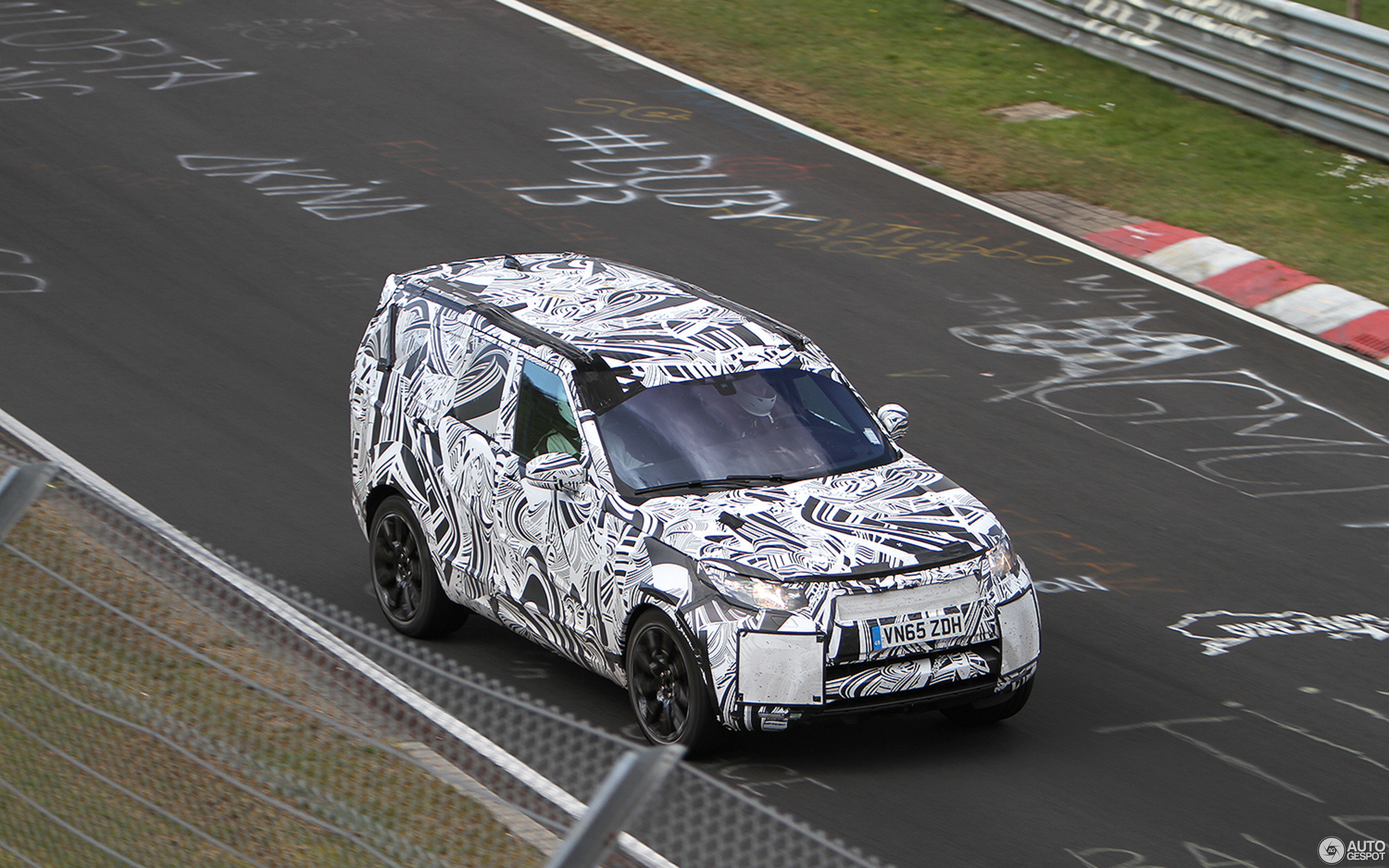 Land Rover Discovery 5 2017 was spotted on the roads 50