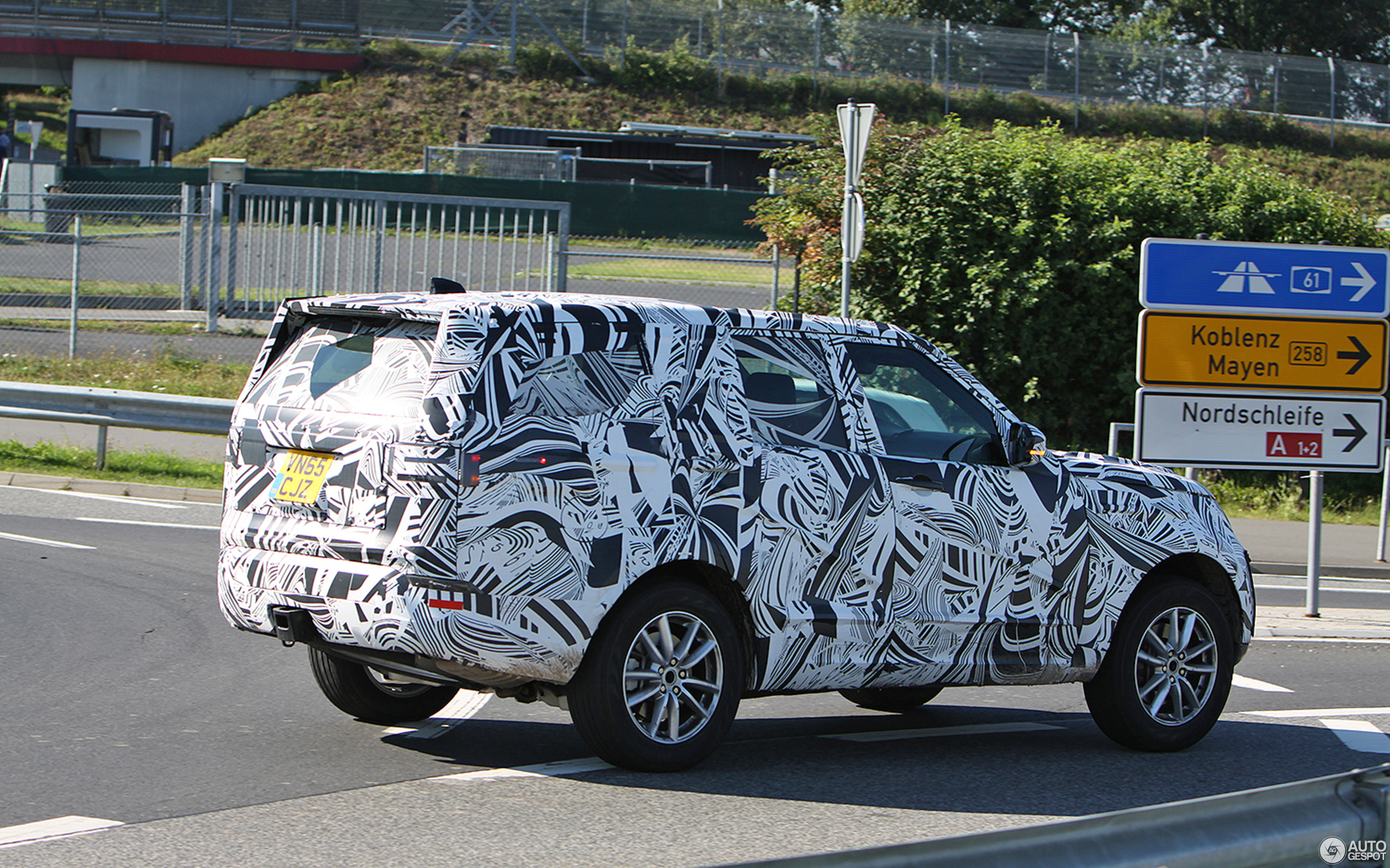 Land Rover Discovery 5 2017 was spotted on the roads 33